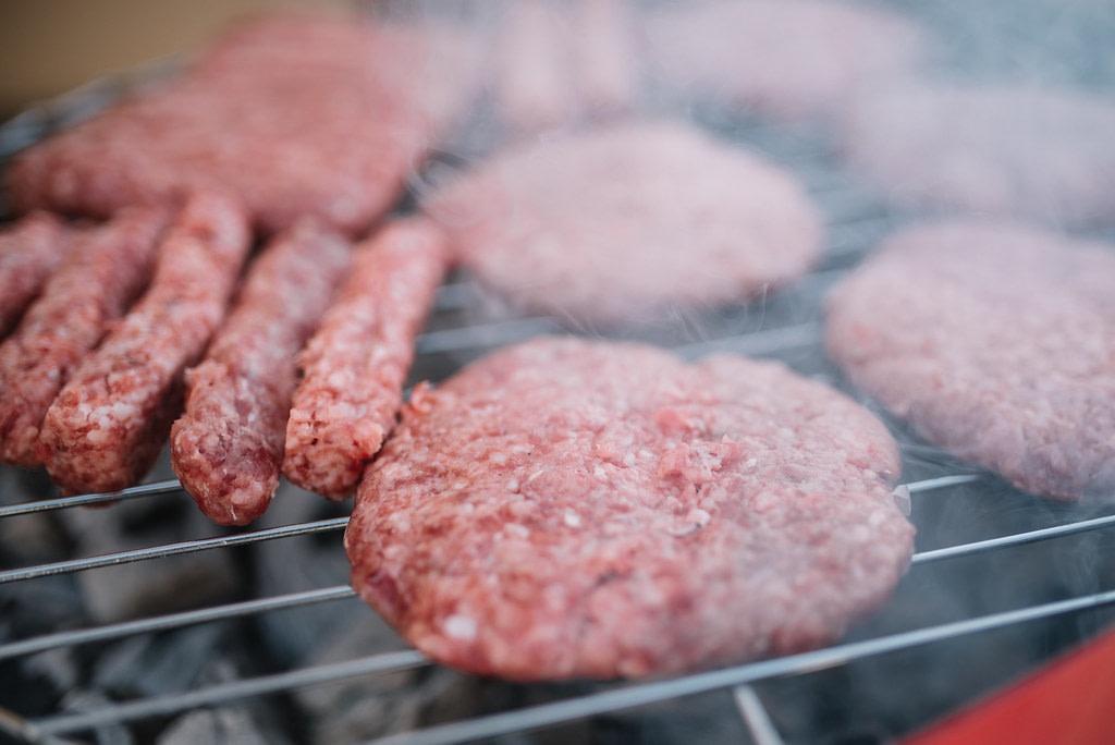 mâncare - mici si hamburgeri pe gratar